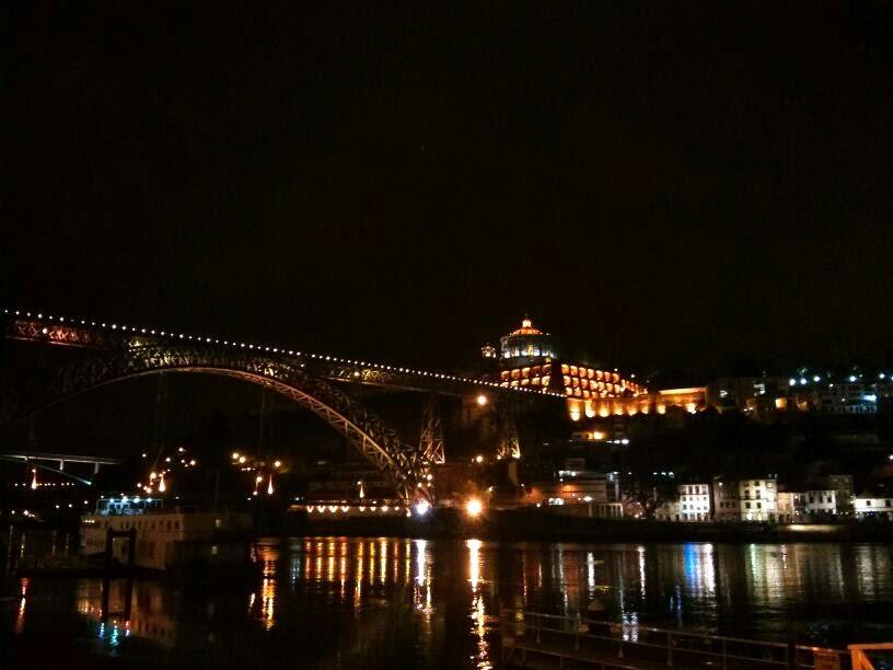 Vistas del río Douro por la noche, Oporto, Portugal, 2014