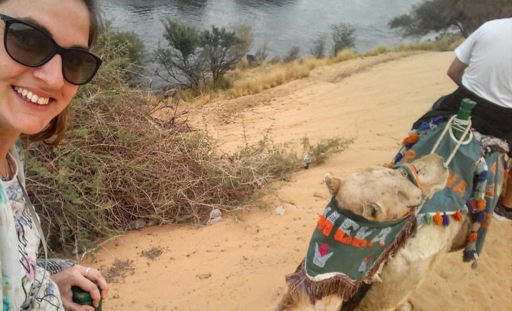 @rominitaviajera montando en camello hacia el pueblo nubio cerca de Asuán en Egipto, marzo 2016 | viajarcaminando.org