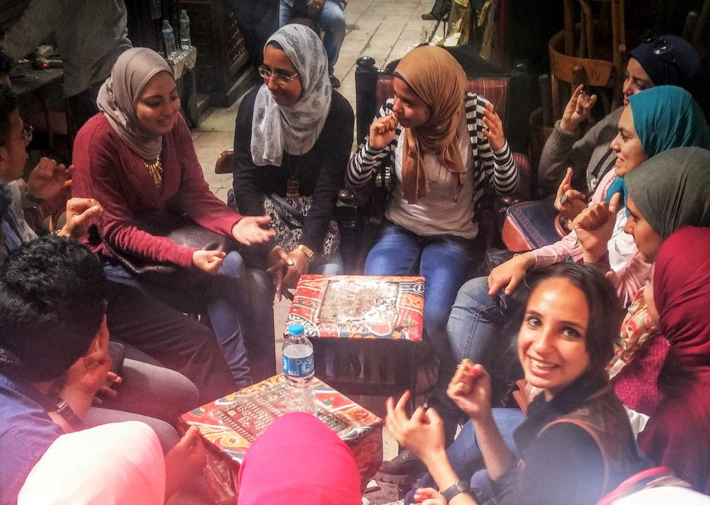 Adolescentes sonriendo en una tetería del Bazar Khan el Kalili, El Cairo, Egipto, marzo 2016 | viajarcaminando.org