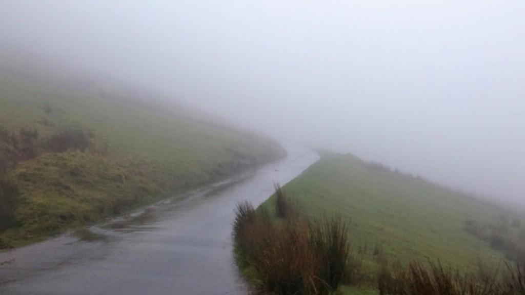 Atravesando la niebla del Brecon Beacons Park, Gales, Reino Unido, enero 2016