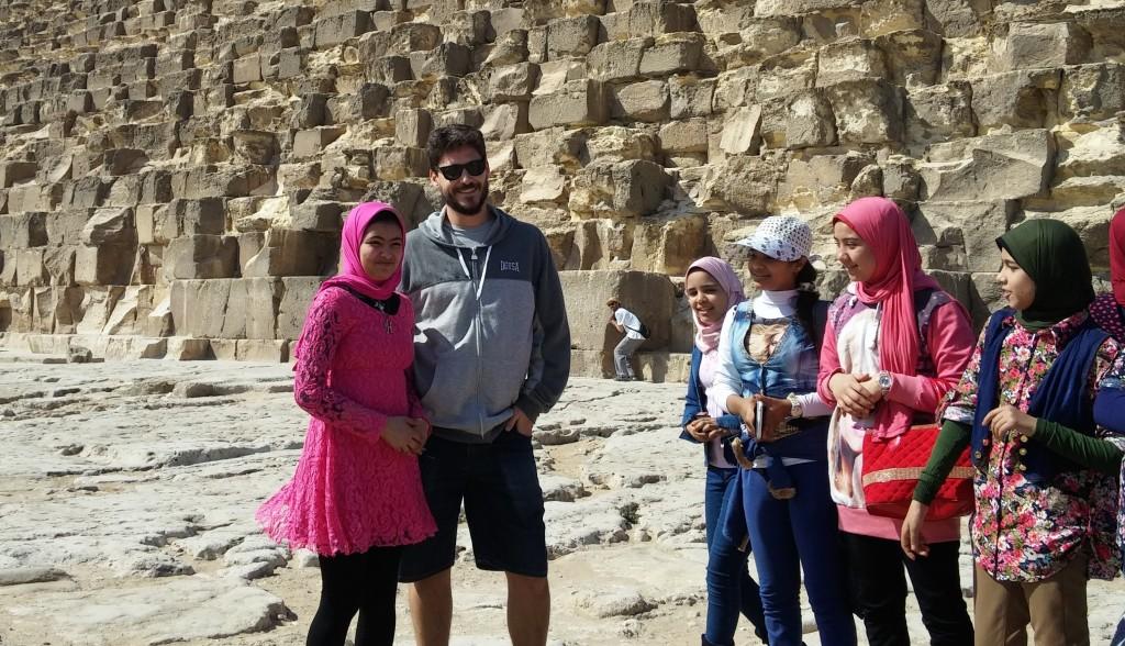 David fotografiándose junto a una niña de un grupo de escuela, Pirámides de Guiza, Egipto, marzo 2016