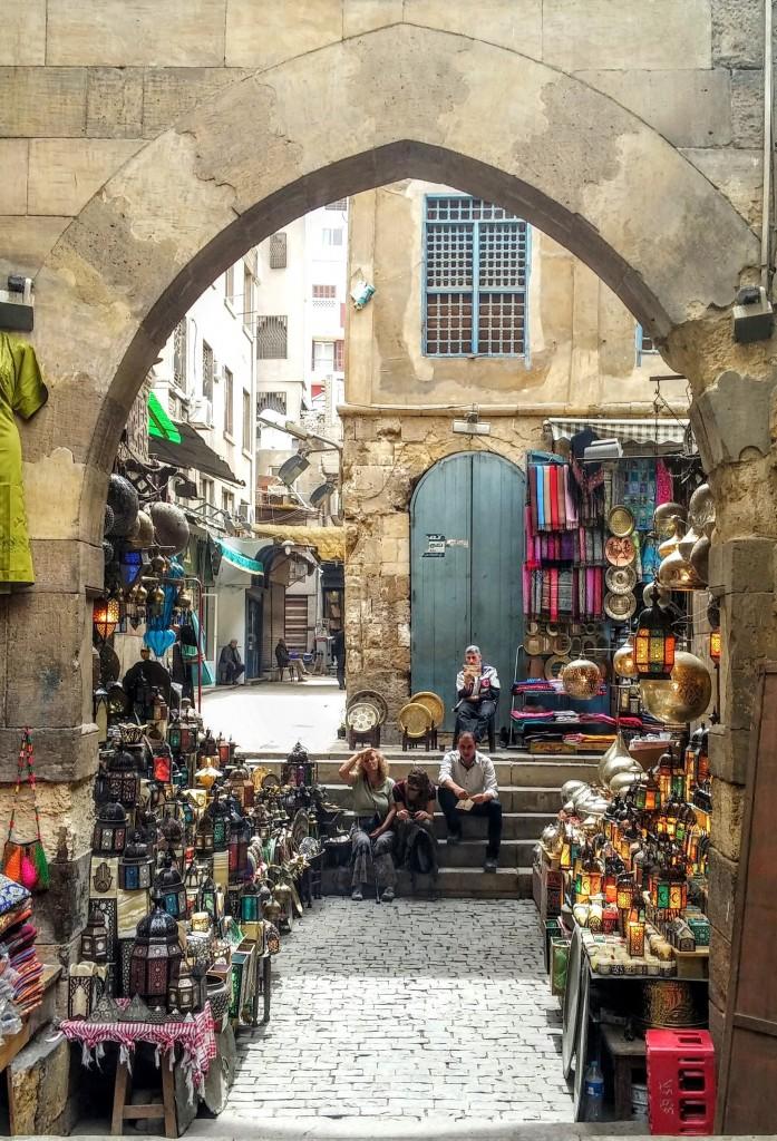 Dos turistas en el Bazar Khan el Kalili, El Cairo, Egipto, marzo 2016 | viajarcaminando.org