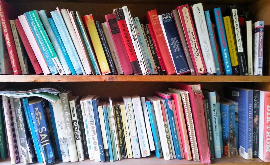 Estantería con libros en Hay on Wye, Gales, Reino Unido, enero 2016