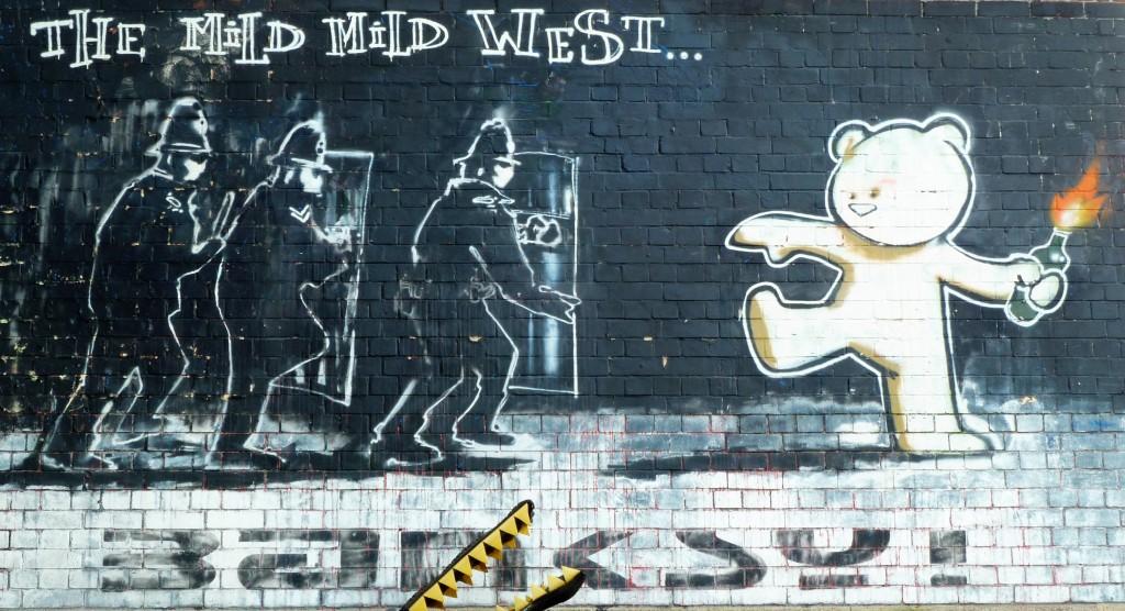 Graffiti de Bansky Mild Mild West, Bristol, junio 2012