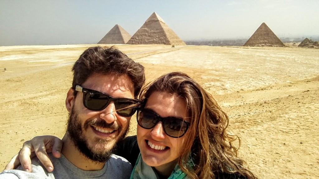 @rominitaviajera y su marido en Vista Panorámica de las Pirámides de Giza, El Cairo, Egipto, marzo 2016 | Viajarcaminando.org