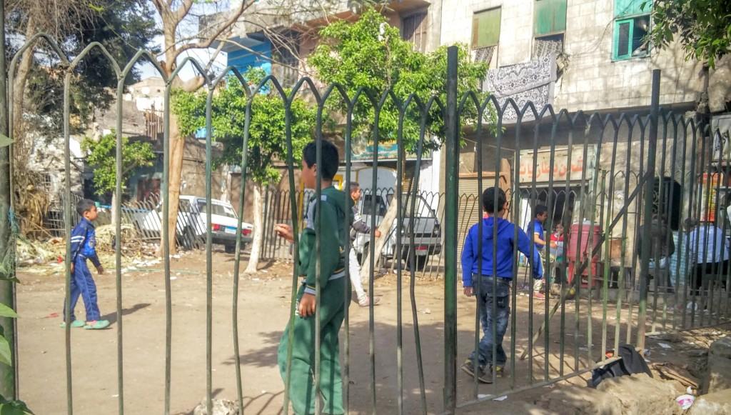 Niños egipcios jugando a la pelota, El Cairo, Egipto, marzo 2016 | viajarcaminando.org