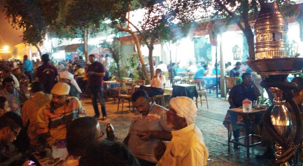 Noche en una cafetería, Asuán, Egipto, marzo 2016 | viajarcaminando.org