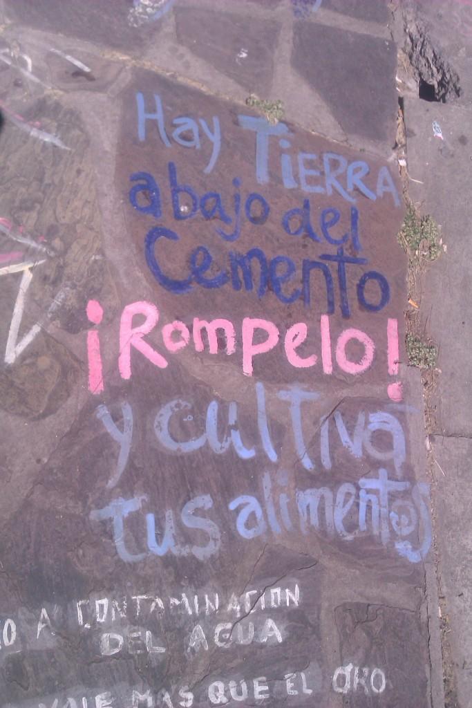 Mensaje escrito en el suelo de la Ciudad de Salta, Argentina, abril 2013 | viajarcaminando.org
