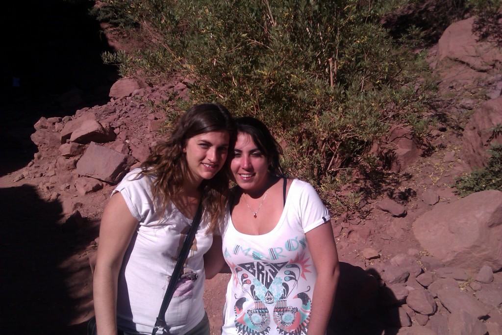 @rominitaviajera y su amiga Lala en los Valles Calchaquíes, Salta, Argentina, abril 2013 | viajarcaminando.org