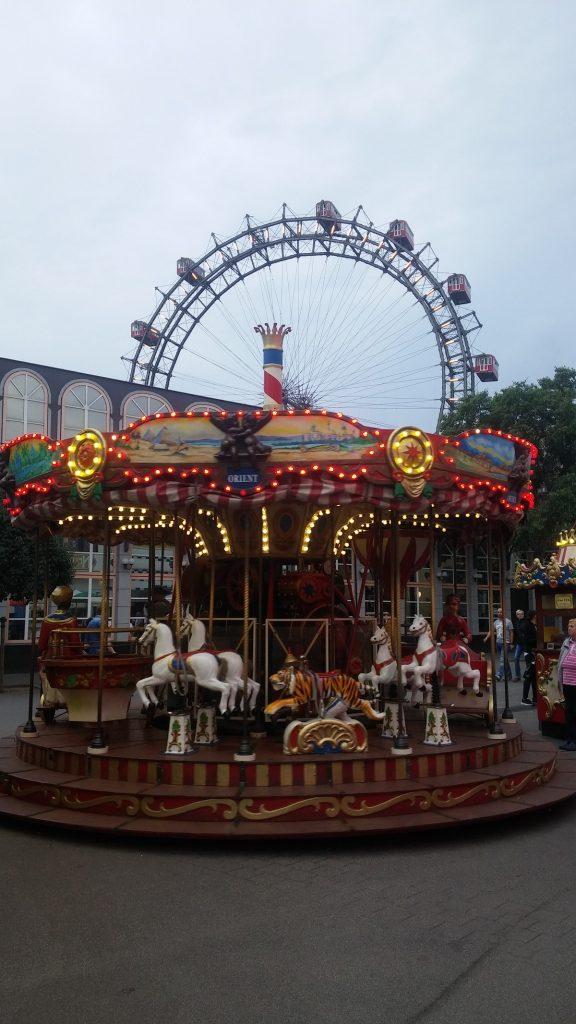 Carrousel y noria más antiguos del mundo, Parque de atracciones, Viena, Austria, junio 2016