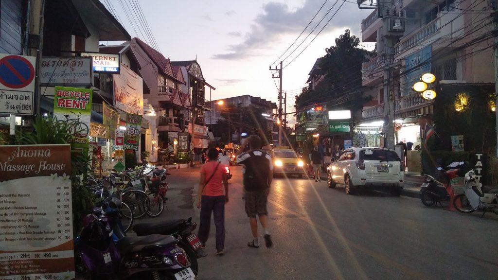 Es seguro viajar a Tailandia y caminar por las calles de Chiang Mai de noche