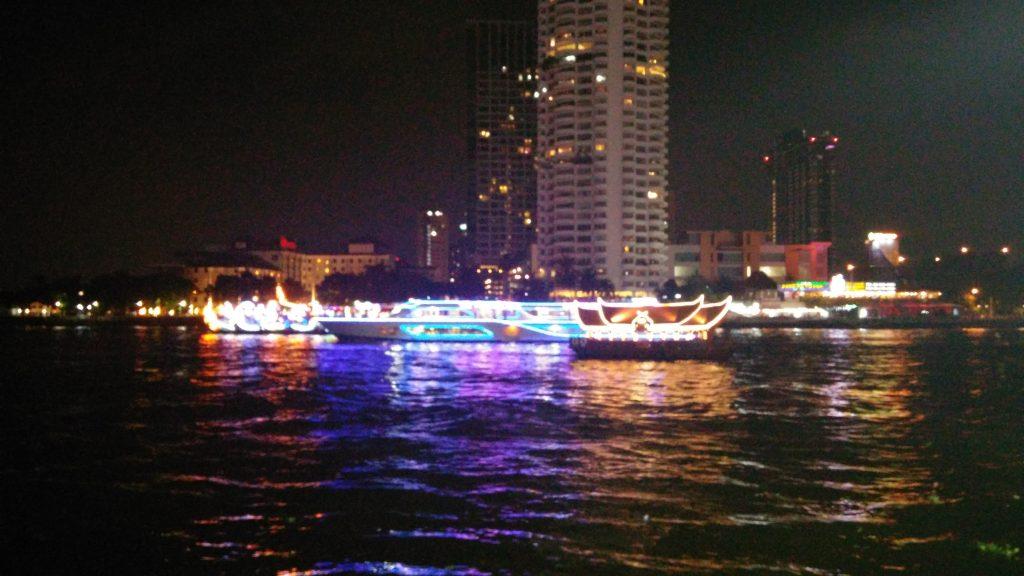 Paseando por el río de noche, Bangkok, Tailandia, 2015 | rominitaviajera.com