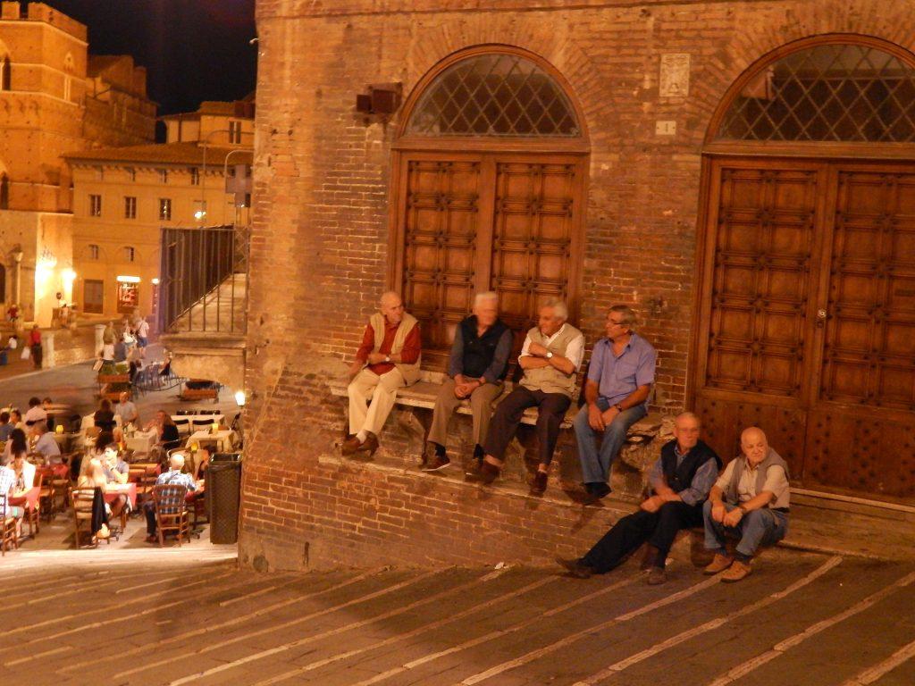 Viejitos sentados en los alrededores de Plaza del Campo, Siena, Italia, 2013 | rominitaviajera.com