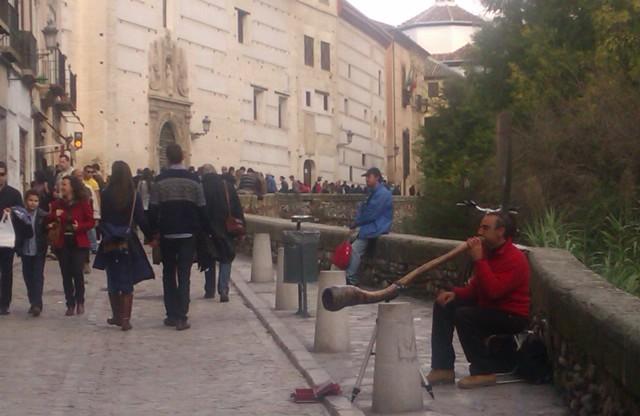 Músico callejero, márgenes del río Darro, Granada, España, 2010