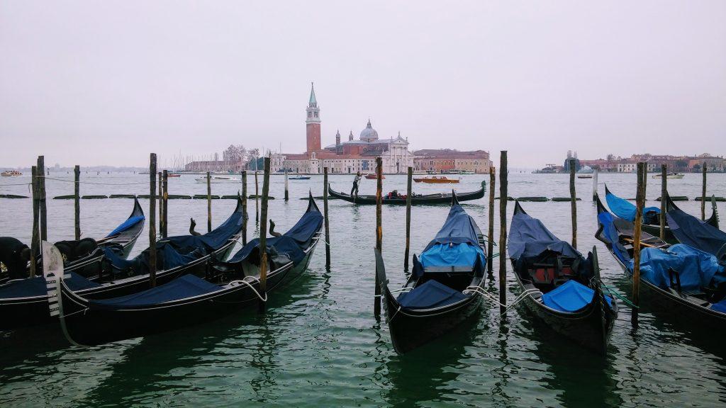 Góndolas atracadas en el Gran Canal, Venecia, Italia, 2016 | rominitaviajera.com