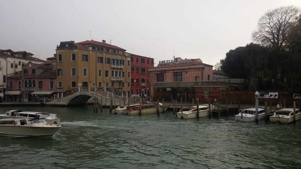 Por el barrio frente a la Estación Santa Lucía, Venecia, Italia, 2016 | rominitaviajera.com