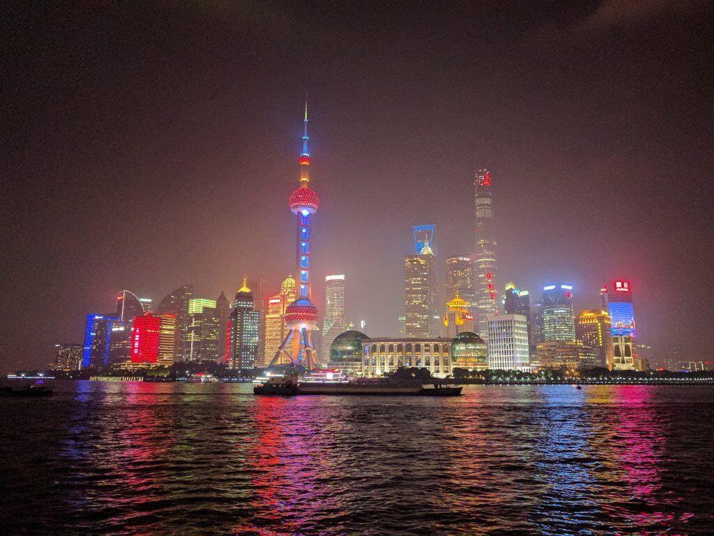 Rascacielos de Pudong, vistos desde el Bund, Shanghái, China, 2017